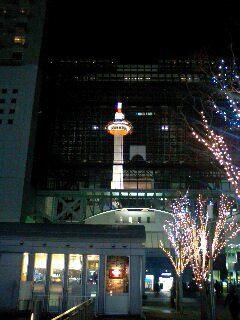 京都駅にうつる京都タワー